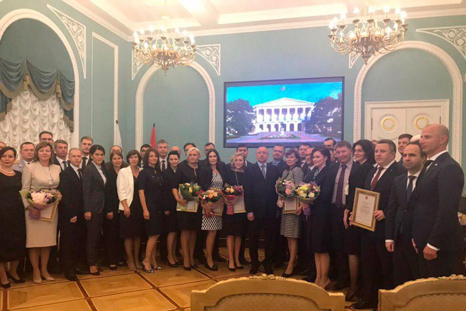 Первых выпускников чествовали в Лепном зале Смольного.