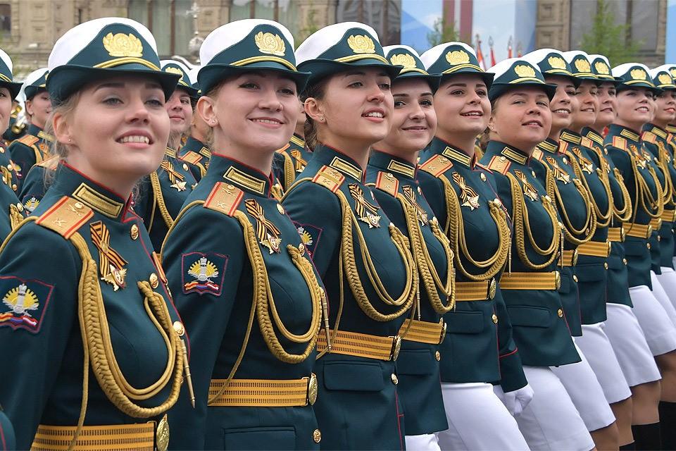 Сводный женский парадный расчет Министерства обороны РФ на Красной площади во время военного парада на Красной площади.