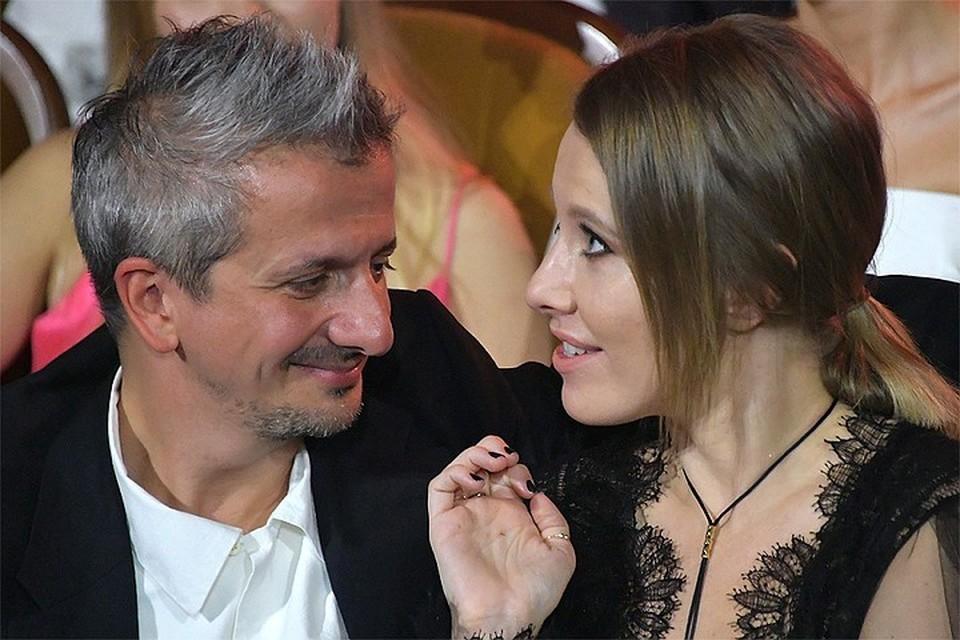 Слухи о том, что Ксения Собчак беременна, ходят с тех пор, как стало известно о грядущем бракосочетании телеведущей с режиссером Константином Богомоловым.