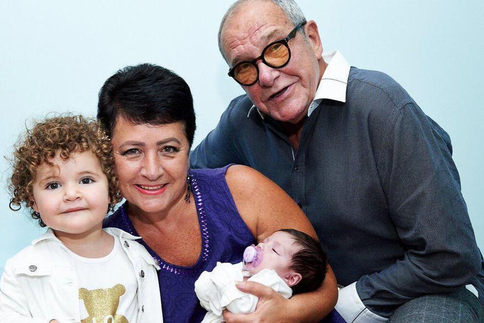 Эммануил Виторган вывел новорожденную дочку на прогулку