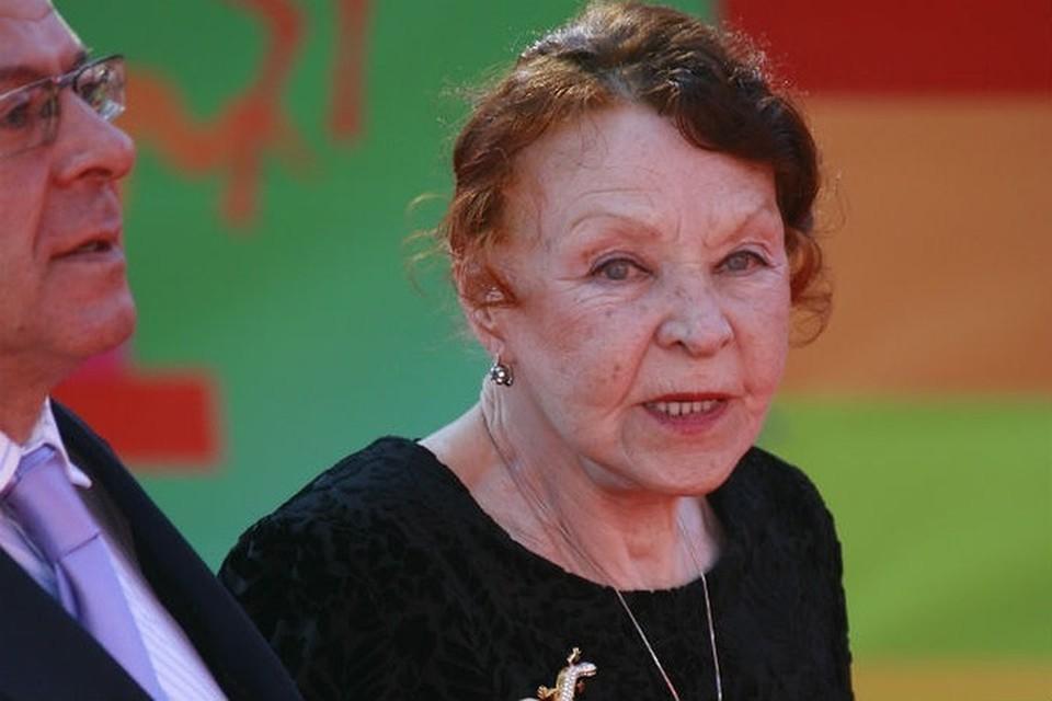 """Отмечать юбилей звезда """"Белорусского вокзала"""" и других культовых фильмов Нина Ургант планирует дома, в кругу семьи, с тортом и чаем."""