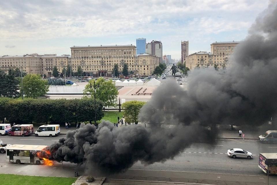Маршрутка сгорела на Московском проспекте в Петербурге