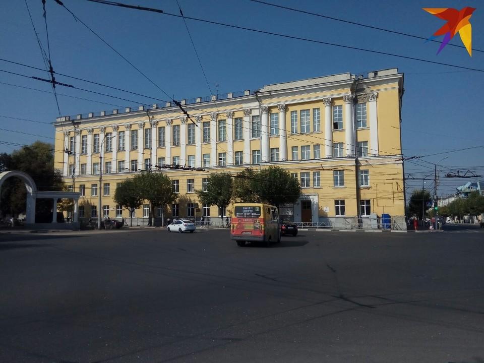 Здание капитально не ремонтировалось с момента сдачи в эксплуатацию, но пока пригодно для вуза.