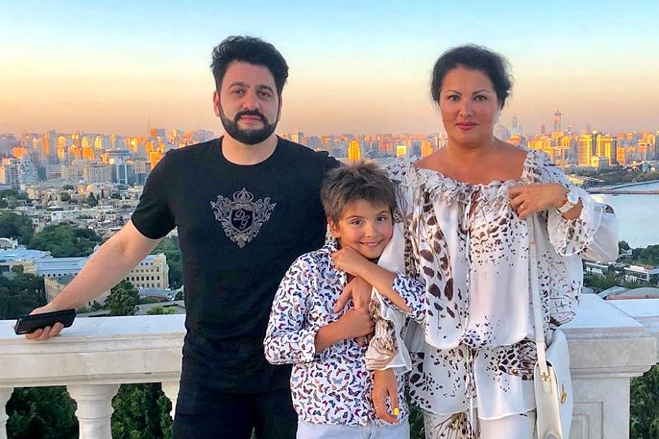 Оперная дива Анна Нетребко выложила в сеть очень трогательное семейное фото.
