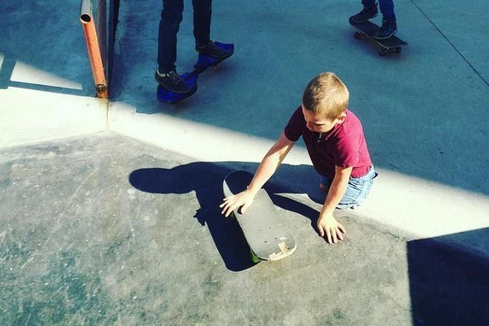 В свои 10 лет Максим Абрамов профессионально катается на скейтборде.