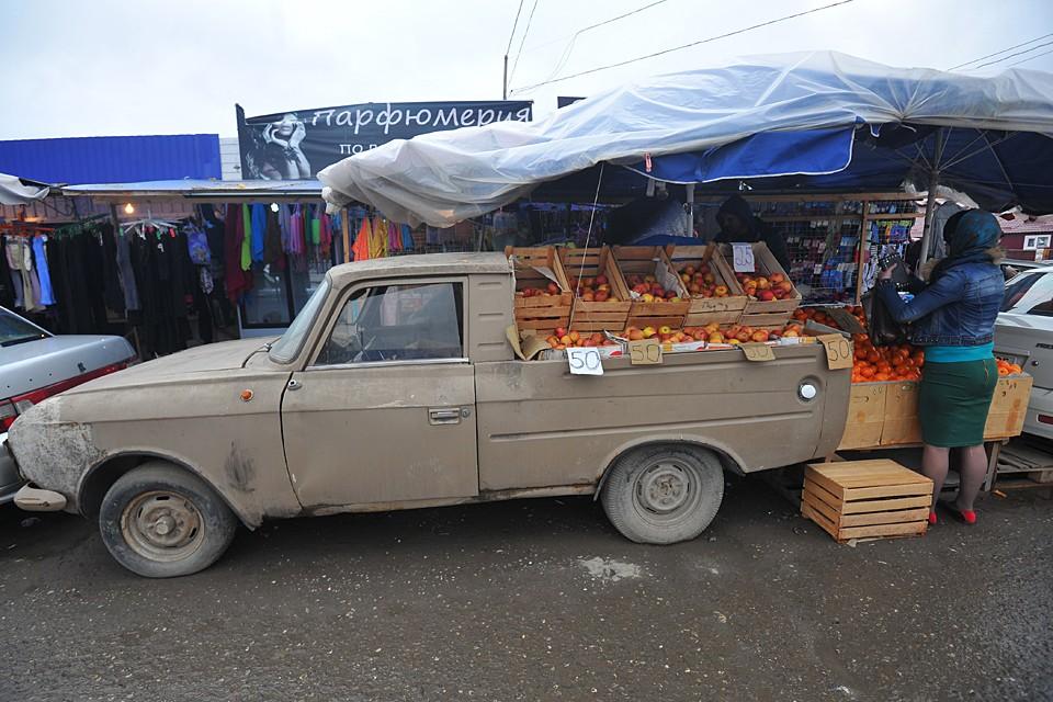 Люди, перевозя на машине различные товары, обеспечивают себе доход