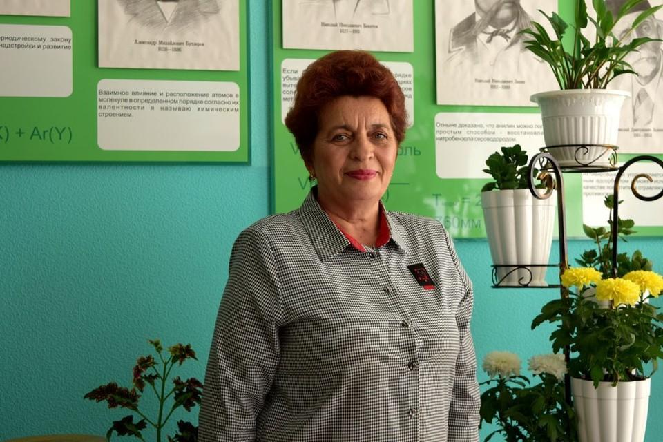 Мария Василевская не испугалась огня, голыми руками начала откидывать венки. Фото: личный архив.