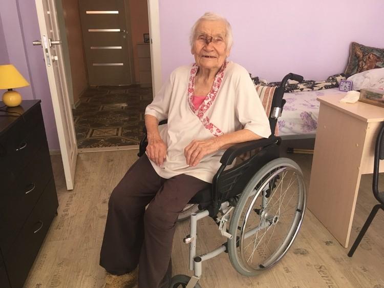 Зинаида Петровна в свои 100 лет чувствует себя прекрасно и не скрывает улыбки.