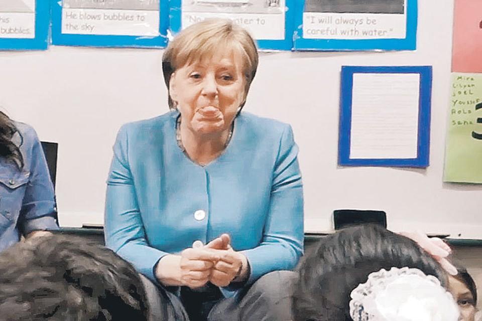 Во время открытого урока в одной из международных школ Ангелу Меркель попросили показать на карте ее родной город Гамбург. Канцлер долго изучала местность и настойчиво тыкала пальцем в территорию России.