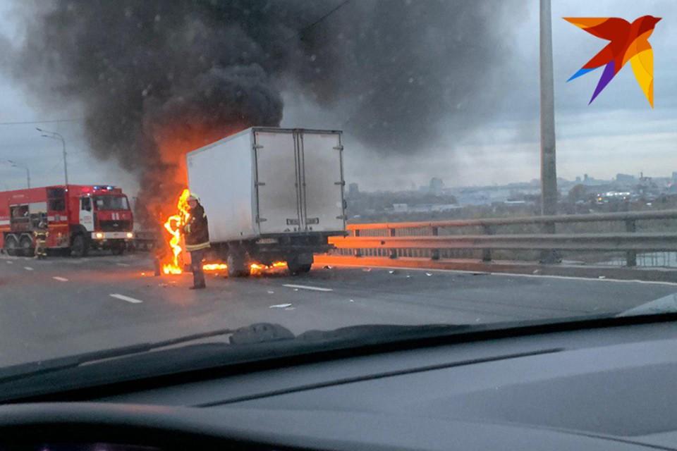 На Мызинском мосту в Нижнем Новгороде горит ГАЗель. Фото: Артем Марадуда