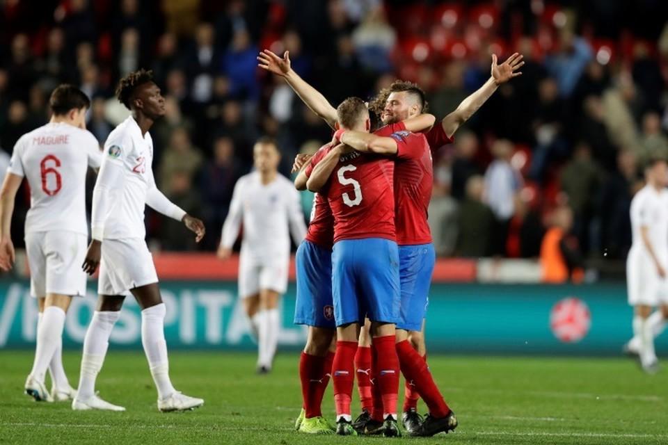 Чехия победила Англию 2:1 у себя дома в Праге.