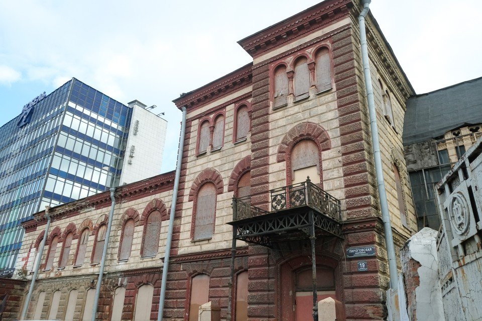 Снести нельзя реставрировать: что делать с полуразрушенными зданиями в центре Петербурга
