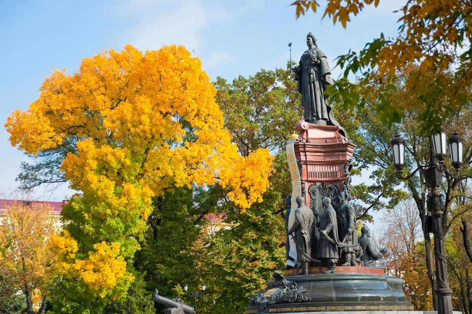 На Кубани даже установили памятник Екатерине Великой, которая и пожаловала казакам кубанские земли