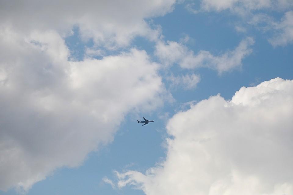 Самолет кружит над Красноярском, вырабатывая топливо
