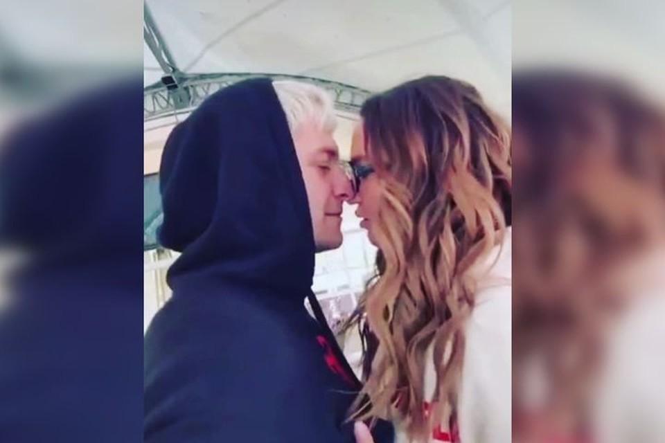 На всех фотографиях пара пытается поцеловаться. Фото: личный архив.