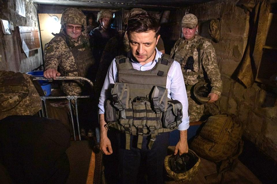 Президент Украины Владимир Зеленский посетил населенный пункт Золотое в зоне разграничения на Донбассе.