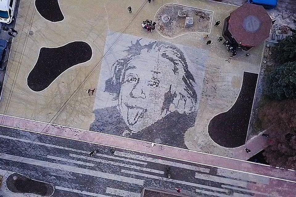 Изображение Эйнштейна теперь есть на асфальте на углу пр. Ленина и ул. Лесопарковой. Черные пятна вокруг - будущие газоны. Фото: cheladmin.ru