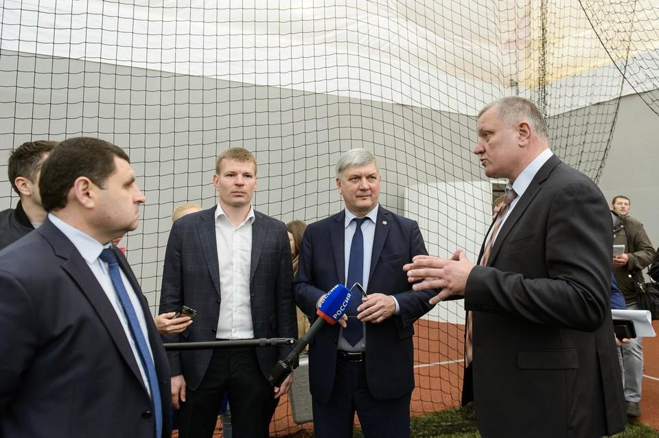 Губернатор Александр Гусев оценил достоинства нового футбольного манежа.