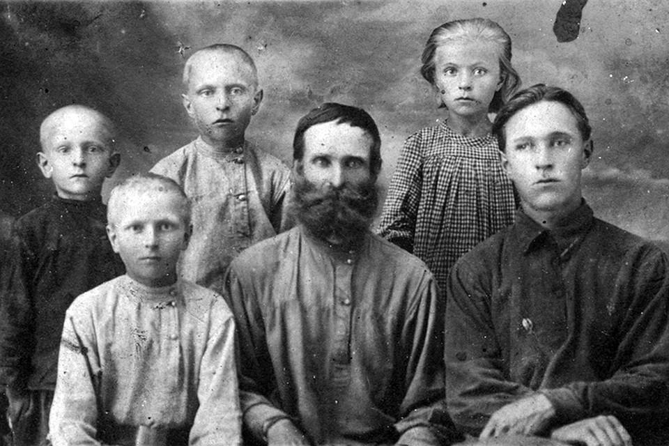 Степан Карагодин и его семья. За нее теперь грозится отмстить их потомок. Фото: Денис Карагодин/stepanivanovichkaragodin.org