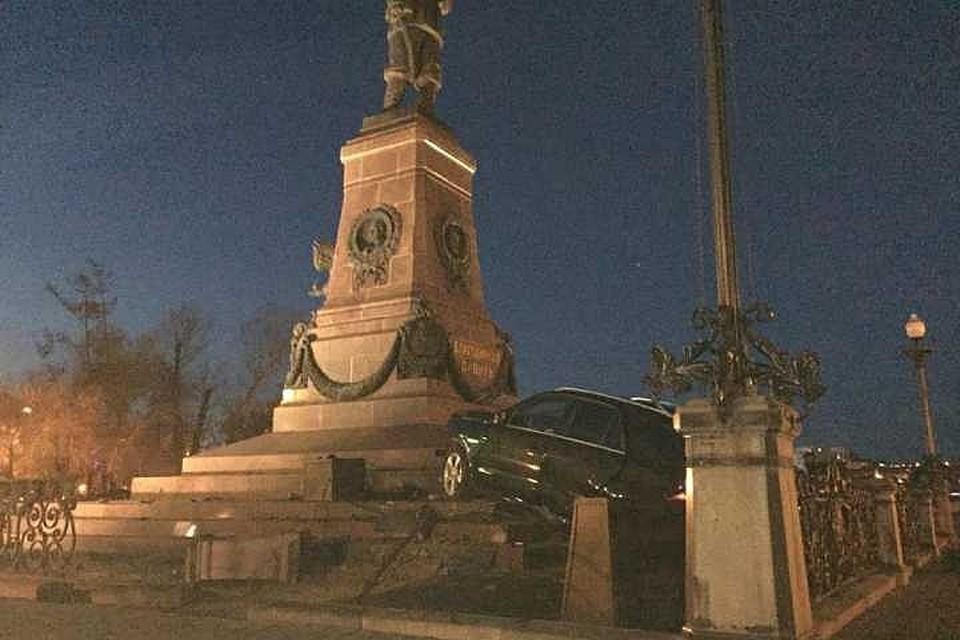 Водитель «Мерседеса», врезавшегося в памятник Александру III в Иркутске, оплатит ремонт монумента