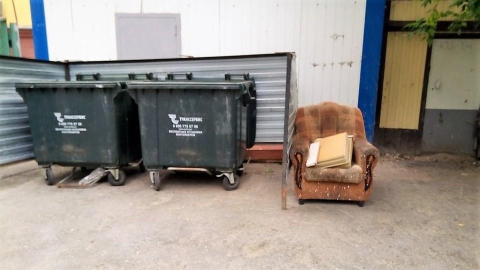 Тюменцы могут оставлять крупногабаритный мусор у контейнерных площадок. Фото - ТЭО.
