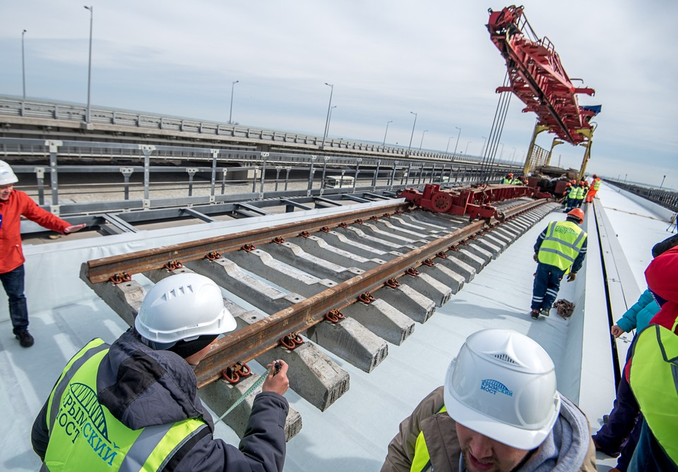 Строительство железнодорожной части Крымского моста, весна 2019 года.