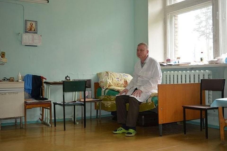 Олег Баскаков приехал на Урал из Челябинской области. Ему обещали квартиру, но пока он вынужден жить в одной из палат больницы. Фото: Иван Жилин/Новая газета