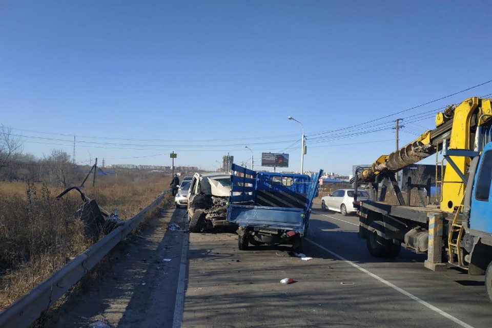 Lexus протаранил припаркованное авто в Хабаровске, пострадали три человека