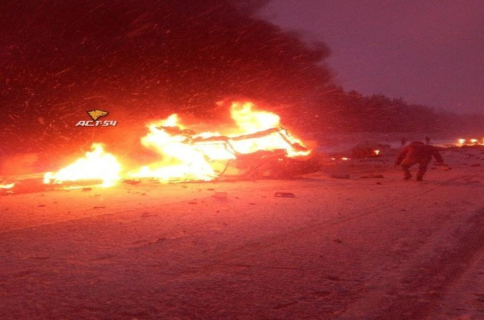 "В результате аварии на трассе загорелась машина. Фото: ""АСТ-54"""