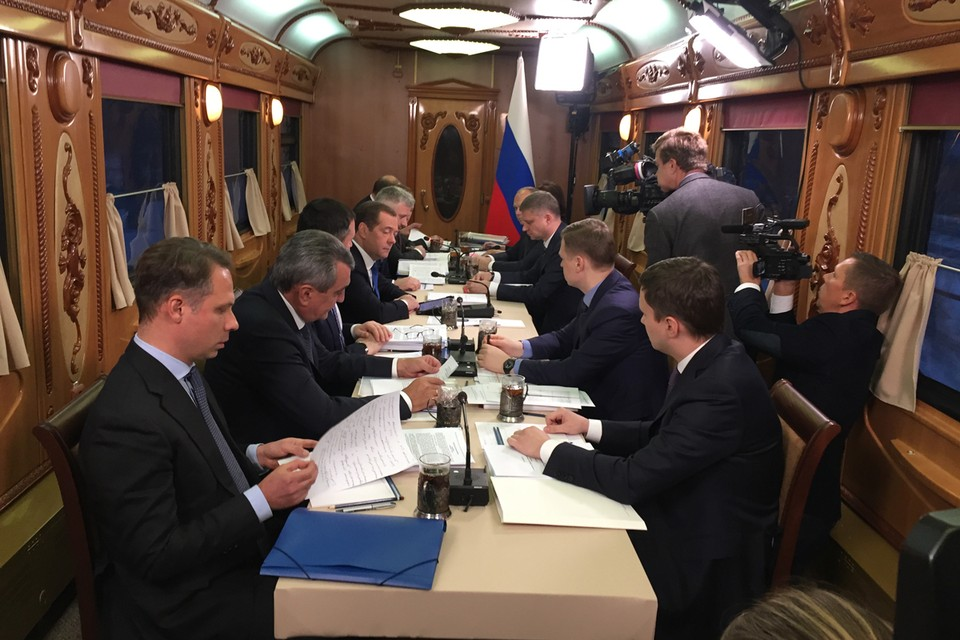 В дороге Медведев провел тематическое совещание - по инвестиционной программе РЖД и развитию железнодорожного транспорта.