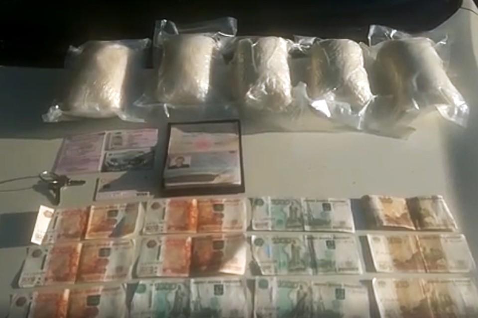 Сотрудники ФСБ России провела спецоперацию против наркоторговцев, которая позволила пресечь работу десятков интернет-магазинов, которые торговали наркотиками. Фото: ФСБ РФ