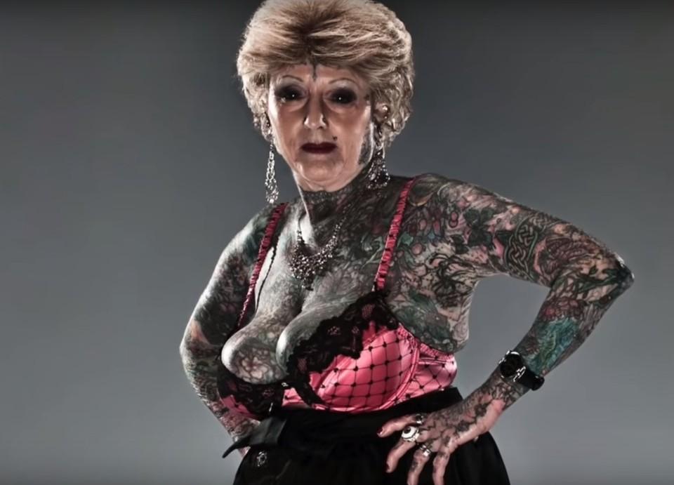 Шарлотт впервые попала в тату-салон в 50 лет