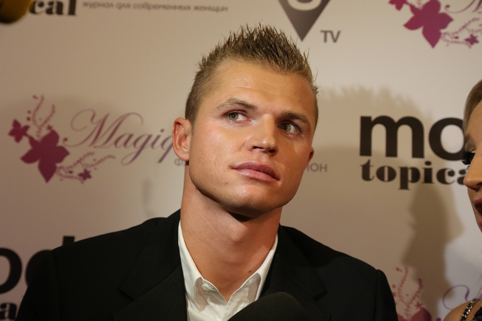 Сейчас футболист подал новый иск — просит уменьшить алименты в 9 раз: с 450 до 50 тысяч рублей.