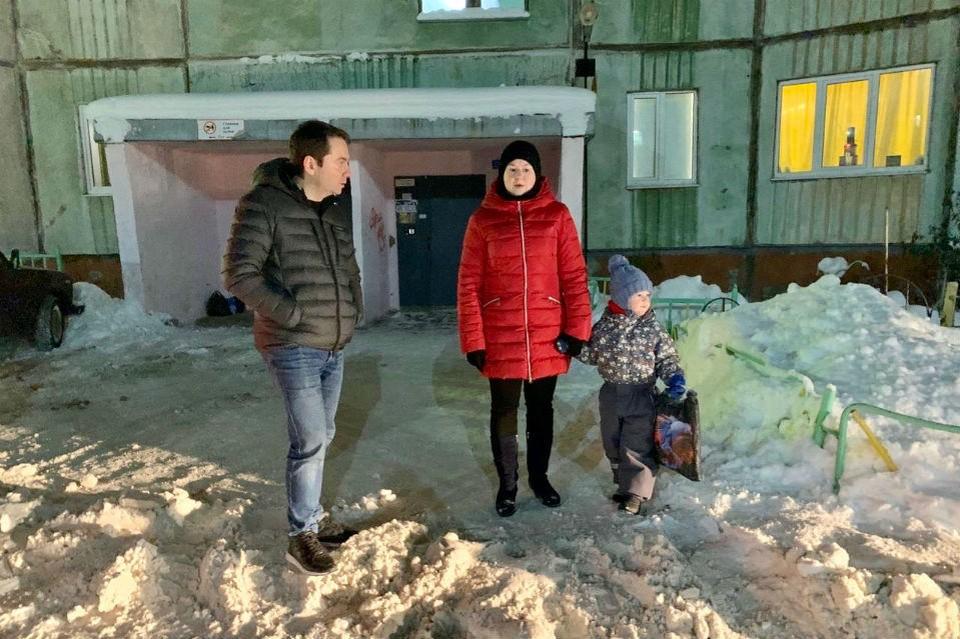 Андрей Чибис лично проверяет, как чистят дворы от снега. В некоторых - не пройти не проехать. Фото: пресс-служба правительства Мурманской области