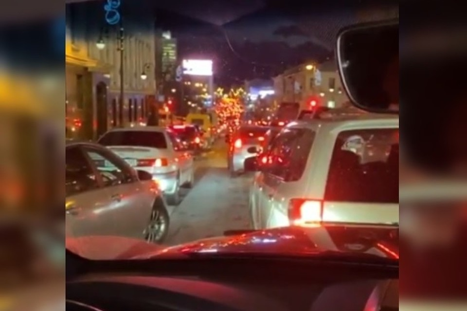 Пробки в центре Владивостока заставили губернатора Приморья пройтись пешком по сугробам