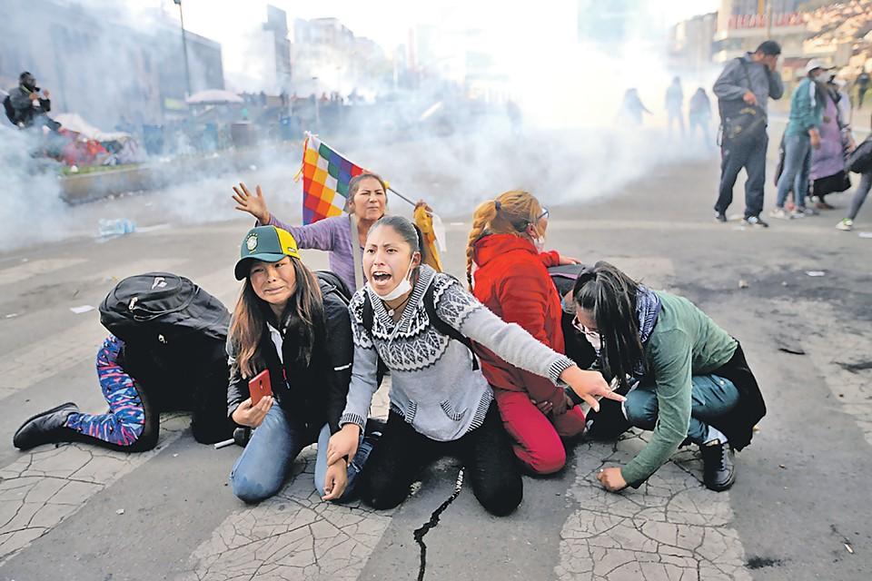 Сперва толпа скинула президента Боливии Эво Моралеса. Он бежал из страны. Но на улицы высыпали его сторонники (на фото). Теперь, наоборот, уже новые власти прессуют демонстрантов. И конца-краю этому латиноамериканскому сериалу нет.