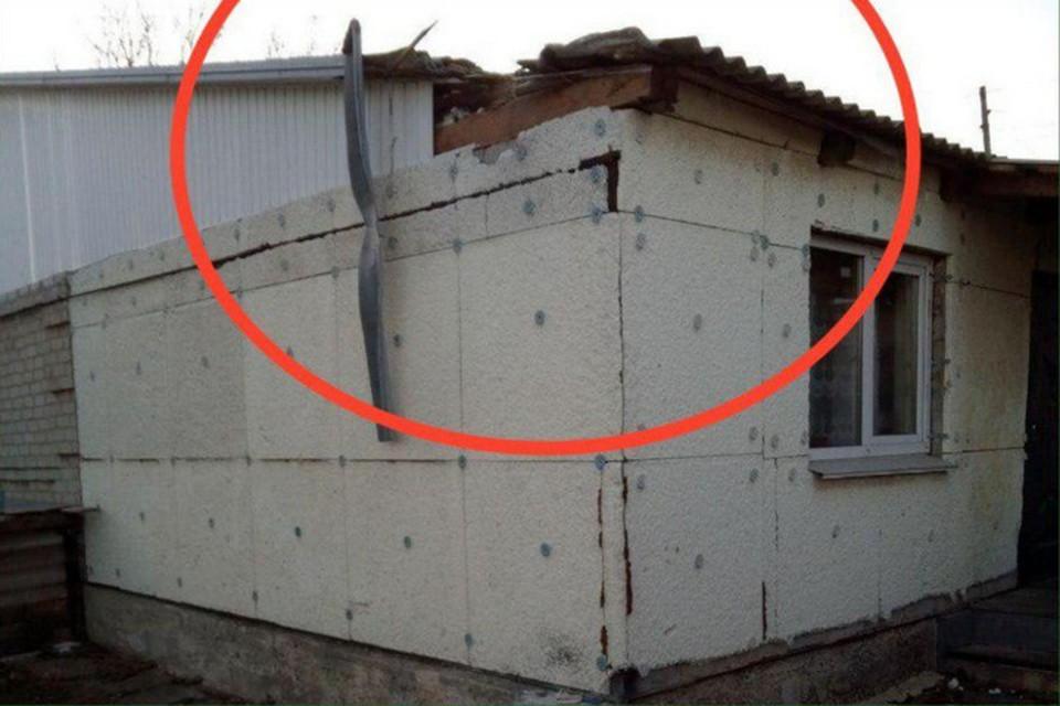 В Еленовке из-за обстрелов со стороны Украины поврежден жилой дом. Фото: СЦКК