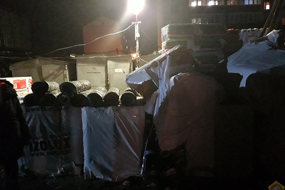 На стройке погиб рабочий - его убило рулонами гидроизоляции. Фото: МЧС.
