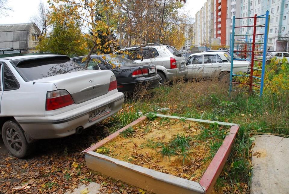 Тульских автовладельцев будут штрафовать за парковку на газонах и детских площадках