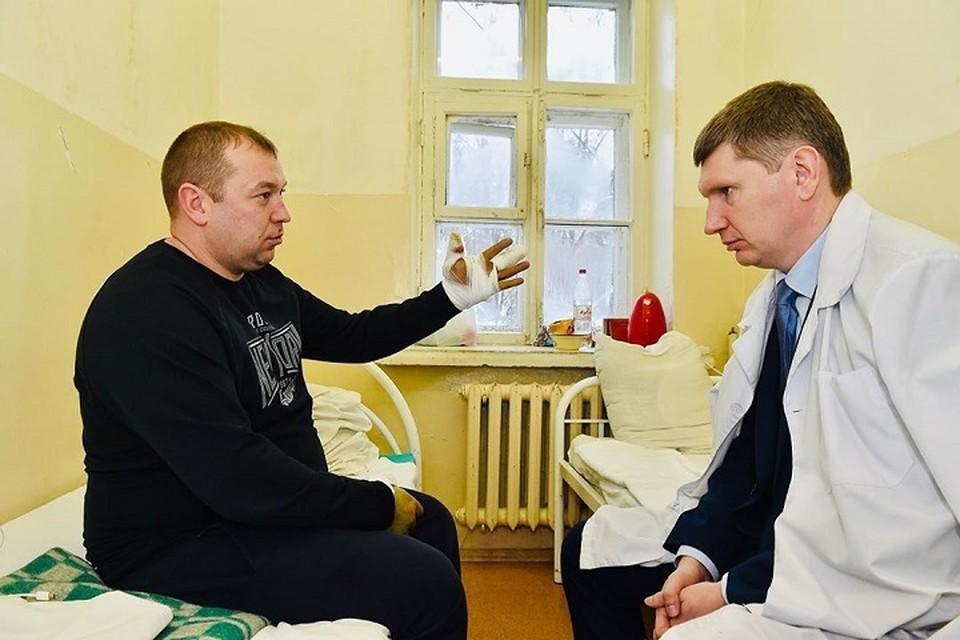Губернатор поблагодарил Михаила Немтинова за службу . Фото: Instagram Максима Решетникова