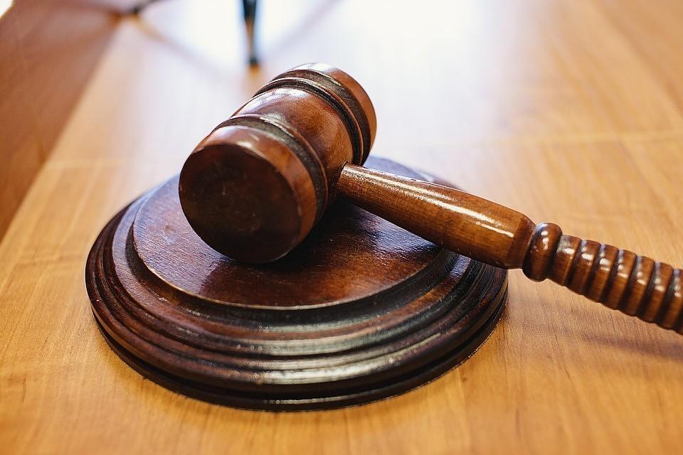 Женщину обвинили в неисполнении обязанностей по воспитанию несовершеннолетнего, сопряженном с жестким обращением, а также в истязании ребенка