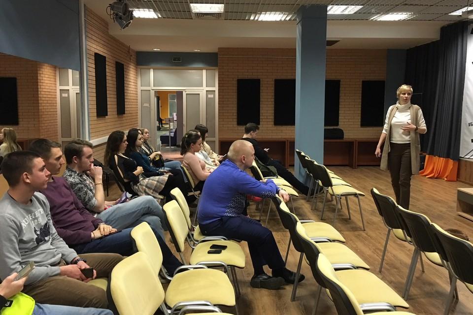 Елена Соколова, куратор программы семинаров Московского областного центра поддержки предпринимательства в Красногорске ведет занятие.