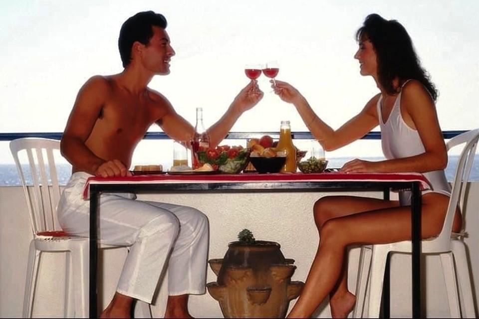 Люди, не чурающиеся легкой выпивки, тянутся друг к другу.
