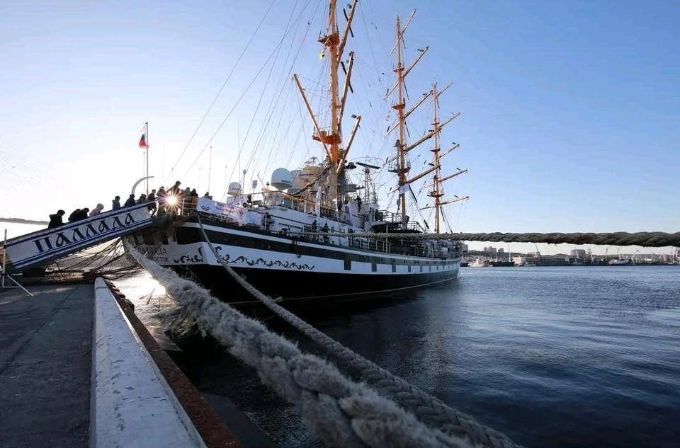 Фрегат «Паллада» торжественно проводили в путь из порта Владивостока 1 ноября.