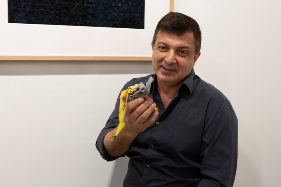 """Художник Дэвид Датуна оторвал экспонат """"Комик"""" банан и употребил на глазах изумленной публики."""