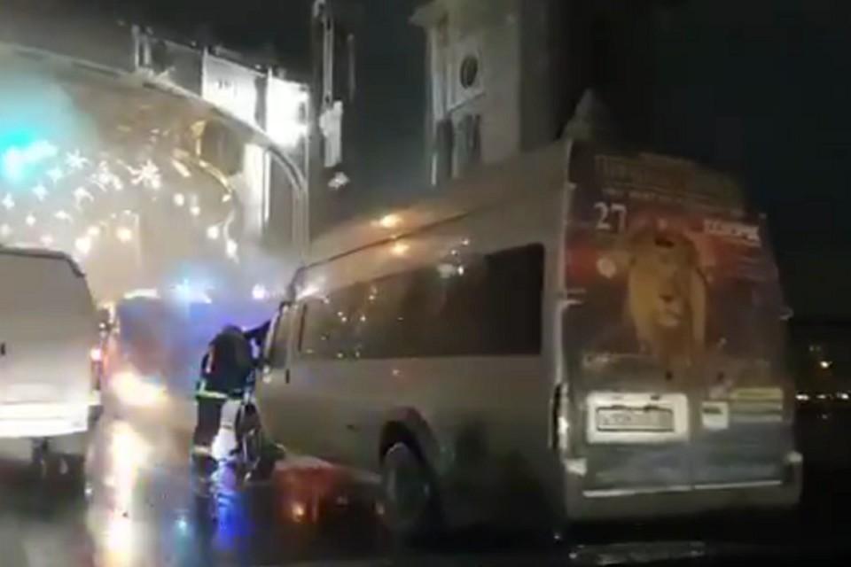 """На Большеохтинском мосту горел микроавтобус. Фото: кадр с видео / """"Мегаполис"""""""