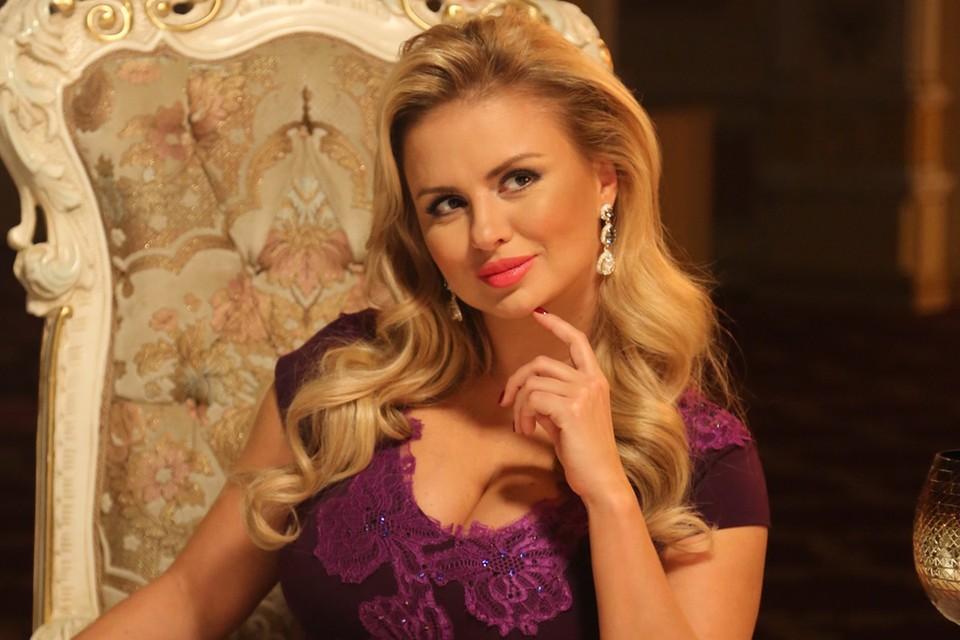 Визитной карточкой Анны Семенович давно стала ее выдающаяся грудь.