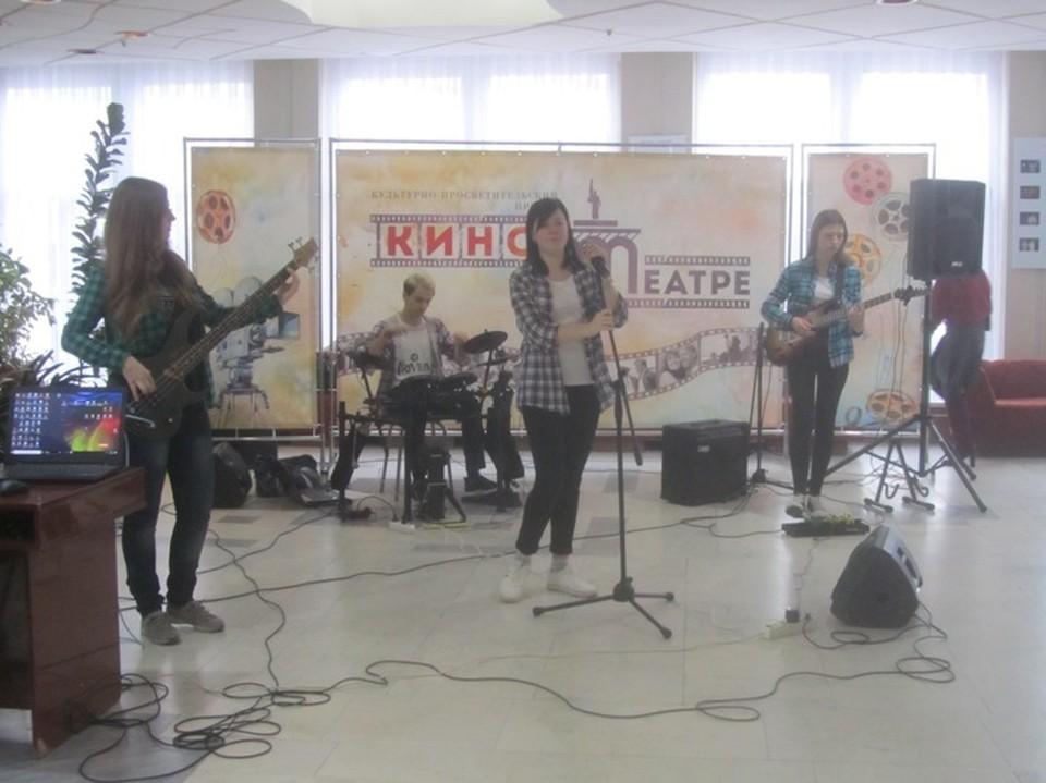 Перед сеансом гостей развлекала группа «Lost In Time»