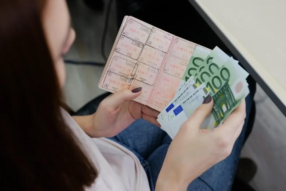 С начала 2019 года сразу 150 тысяч петербуржцев не могли выехать за границу, теперь это число значительно сократилось.