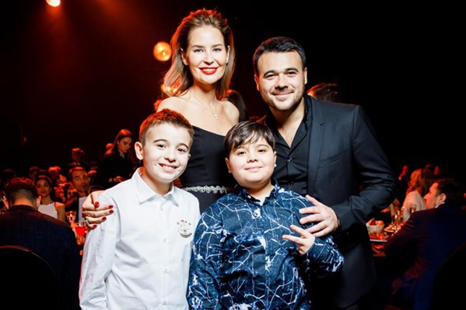 Эмин Агаларов с женой и сыновьями.